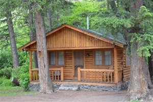 Shoshone Lodge & Guest Ranch :: Just outside the East gate of Yellowstone, this family-run lodge & guest ranch offers hand-built cabins & lodge, horseback riding, pack trips, hunting, delicious food & quiet.